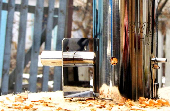 Во многих коптильнях, изготовленным промышленным способом, имеется генератор дымления, который заправляется мелкой щепкой