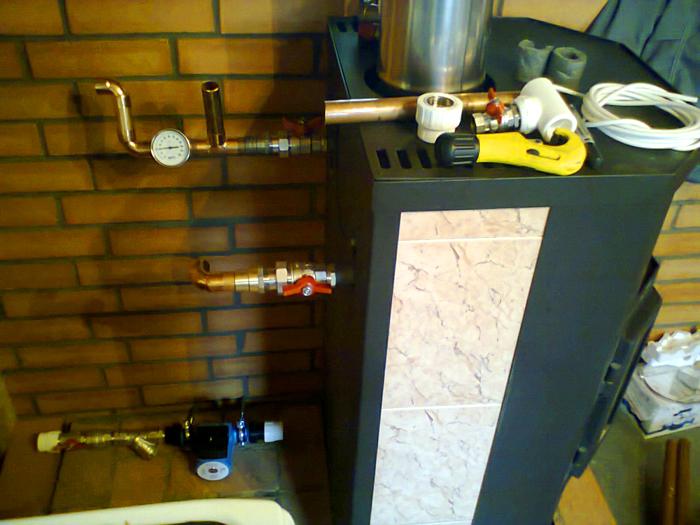 Установка конструкции с линиями для подачи воды