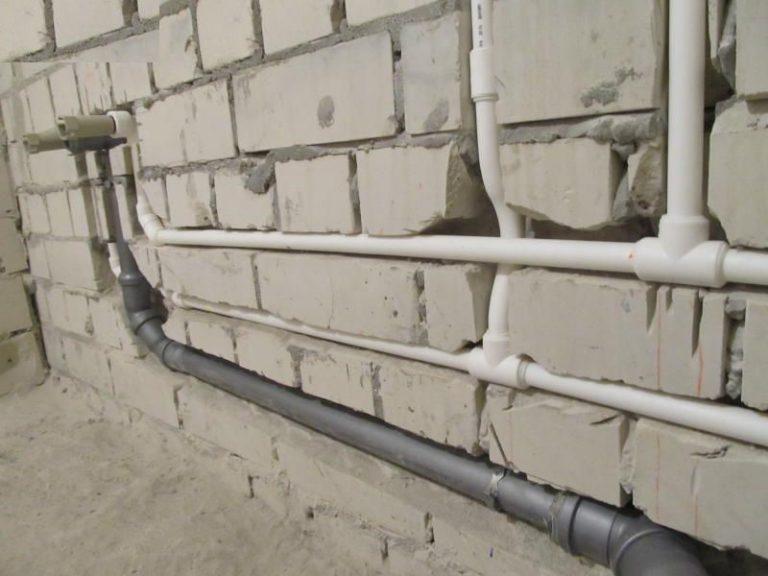 Вариант проведения трубопровода в штробах