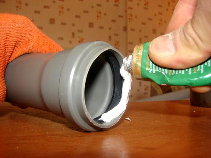 Герметик наносится поверх резиновой прокладки
