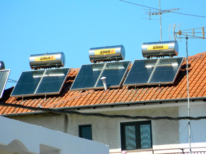 Змеевик из темной трубы на крыше дома повысит эффективность любой системы отопления