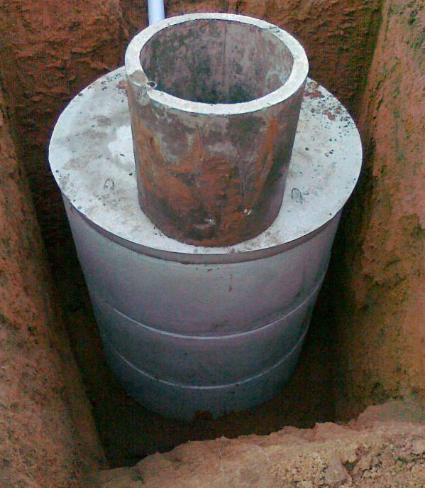Выгребная яма исполненная в виде бетонных колец