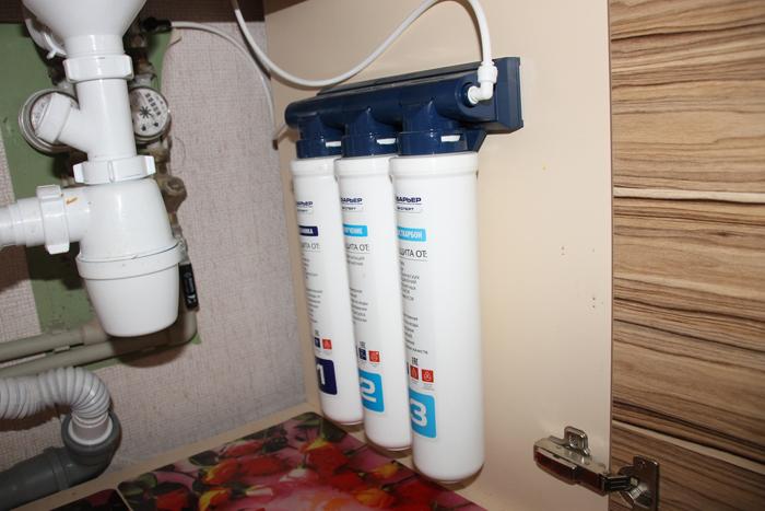 Устройство устанавливается под мойку, очищенная вода подается в отдельный кран
