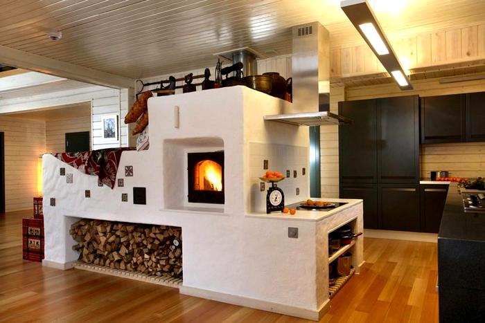 Для отопления частного дома без газа и электричества можно применить проверенную временем конструкцию